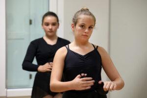 Alumnas tocando las castañuelas en Victoria Artillo
